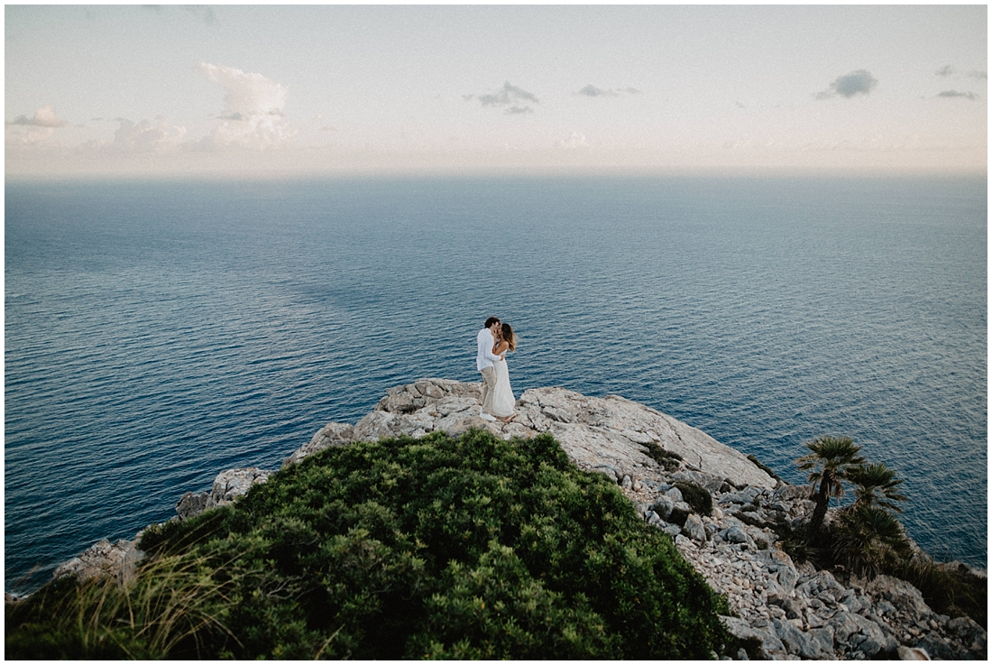beautiful couple in front of the sea | wedding photographer Mallorca | Hochzeitsfotograf Mallorca