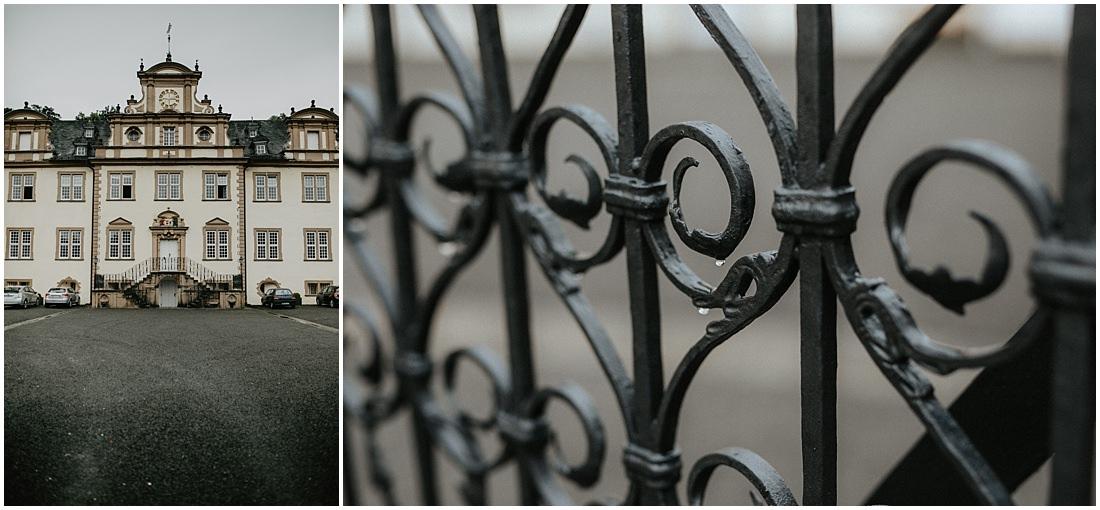 Das Schloss Ehreshoven in der Ansicht über den Hof. Ein Gatter dient als Tor