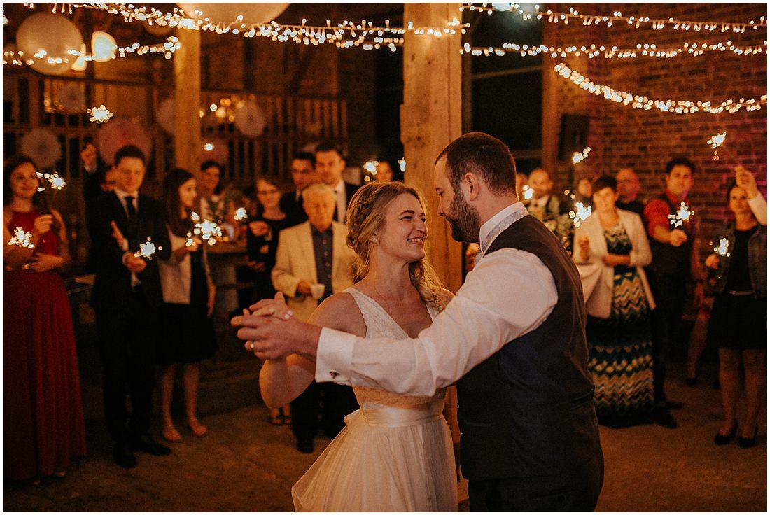 Das Brautpaar tanzt in der Scheune vom Gut Forkscheid und eröffnet die Tanzfläche