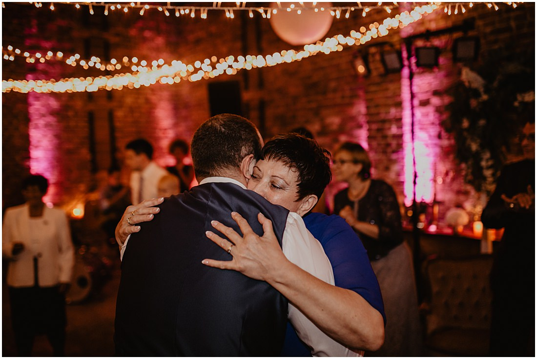 Die Mutter des Bräutigams umarmt ihren Sohn, den Bräutigam der heutigen Scheunenhochzeit auf Gut Forkscheid