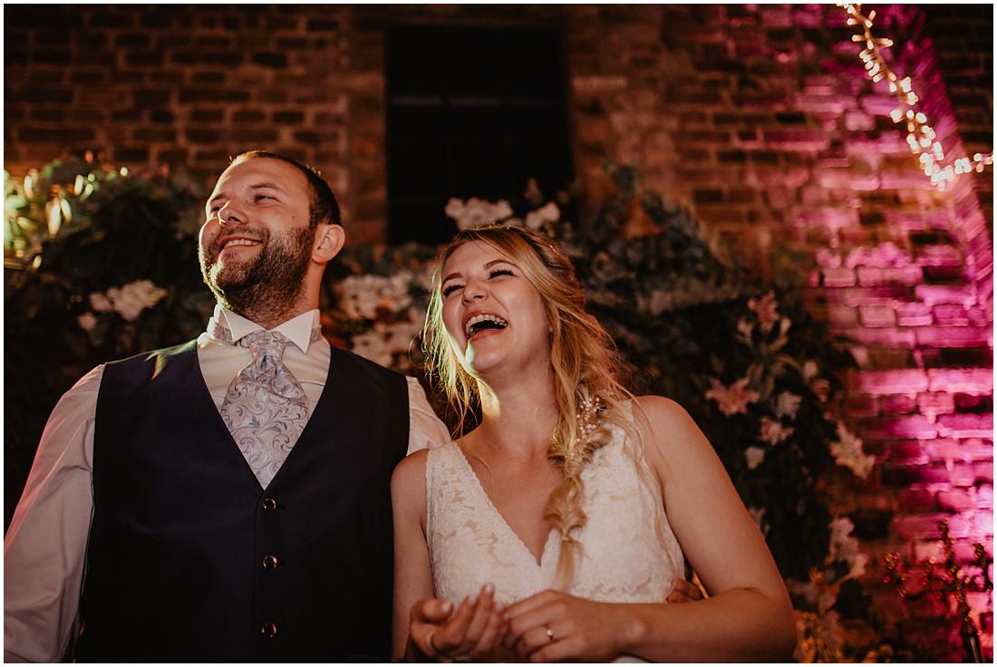 Ein glückliches Brautpaar der heutigen Scheunenhochzeit auf Gut Forkscheid