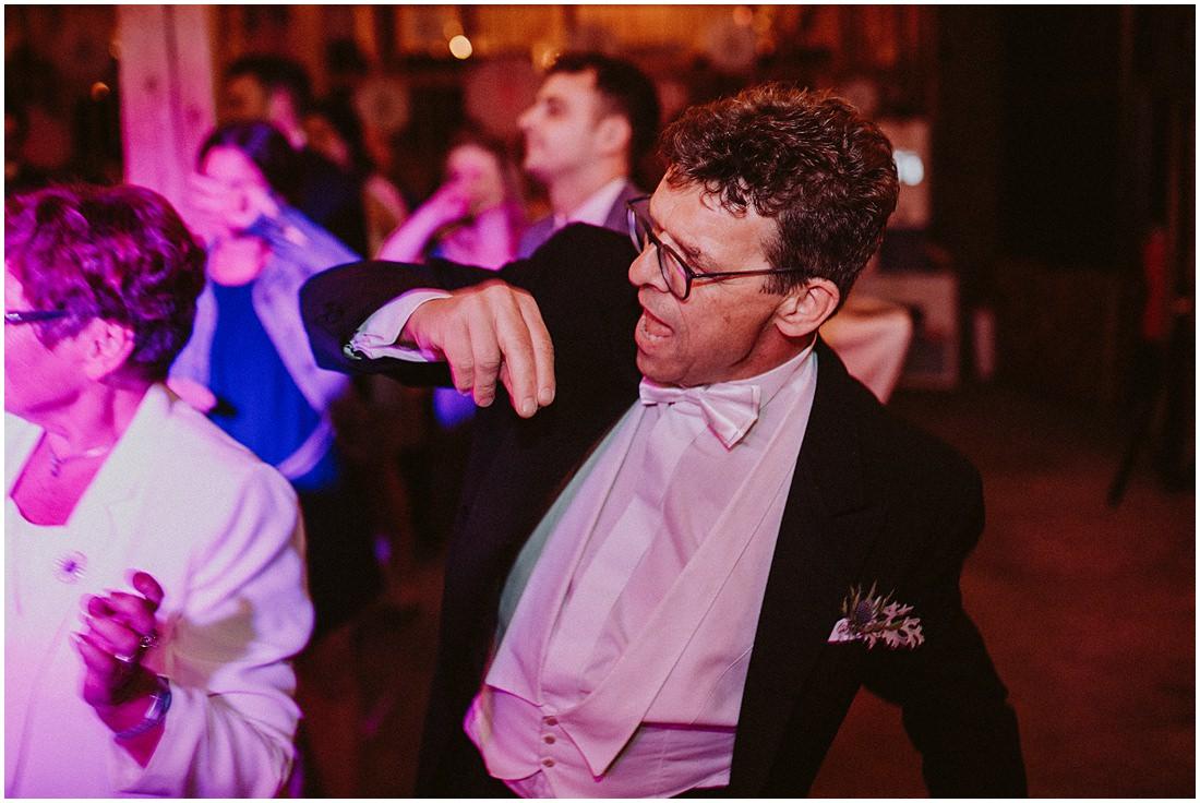 Der Brautvater tanzt. Eine Hochzeitsgesellschaft, wie sie im Buche steht. Die Stimmung kocht