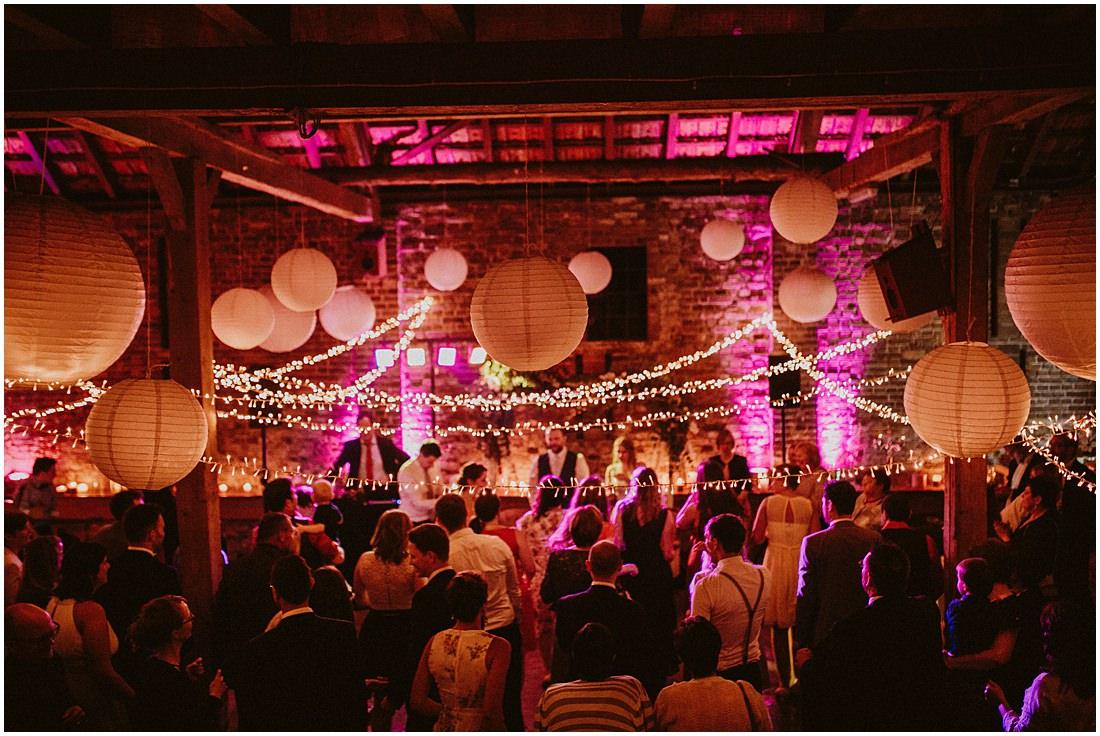 Die Hochzeitsgäste tanzen in der Scheune vom Gut Forkscheid