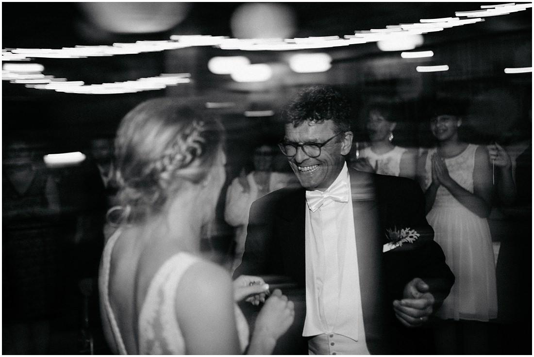 Braut und Brautvater tanzen zusammen auf der Scheunenhochzeit auf dem Gut Forkscheid