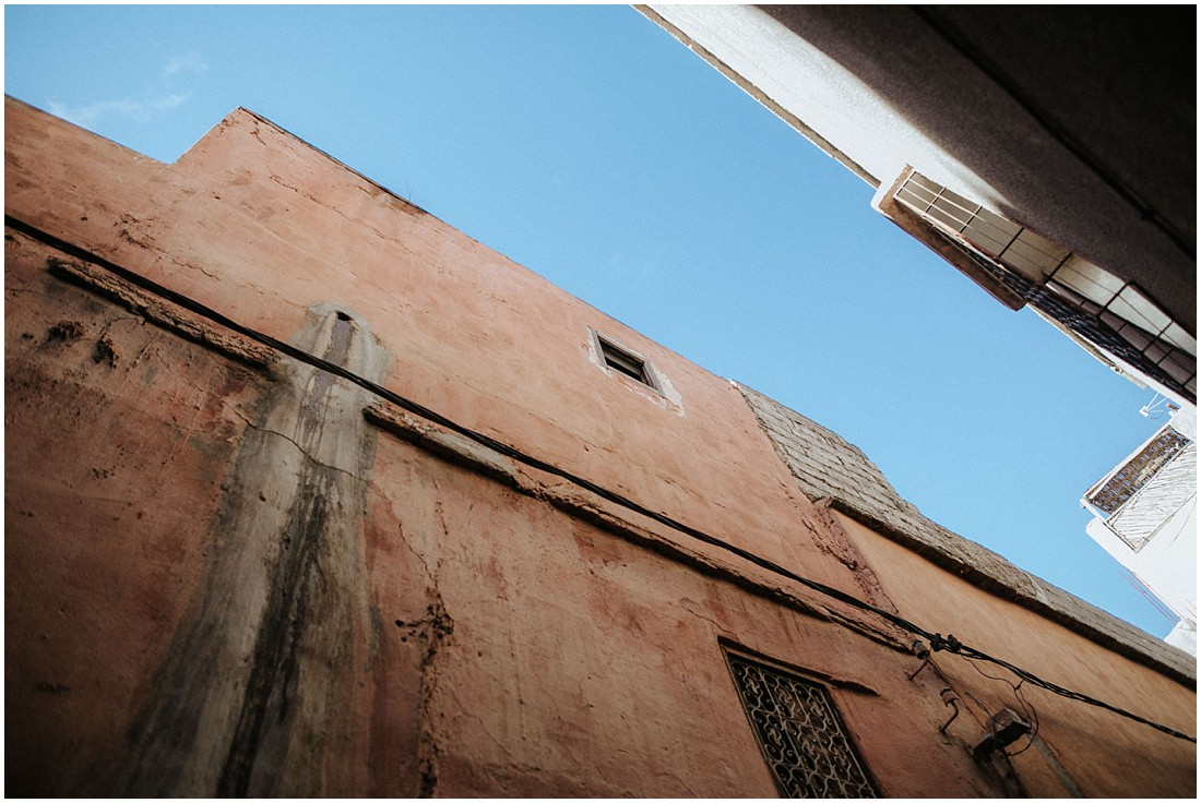 Der Blick nach oben. Blauer Himmel beim Elopement Marrakesch