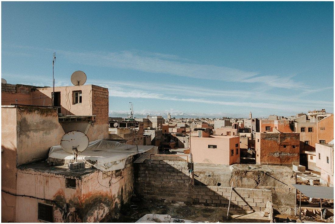 Der Blick über die Medina von Marrakesch. Im Hintergrund das Atlasgebirge. Ein toller Start für ein Elopement in Marrakesch